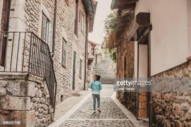 tourist girl visiting a old village in spain - pueblo fotografías e imágenes de stock