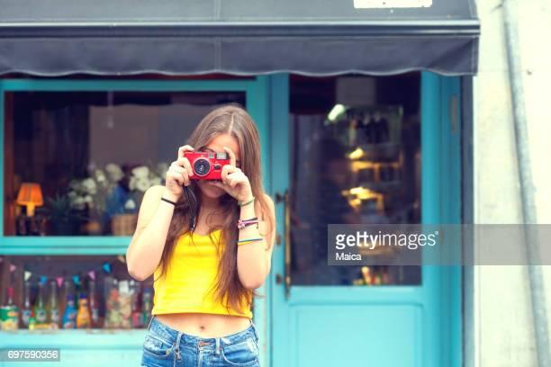 ビンテージ カメラを持つ観光少女