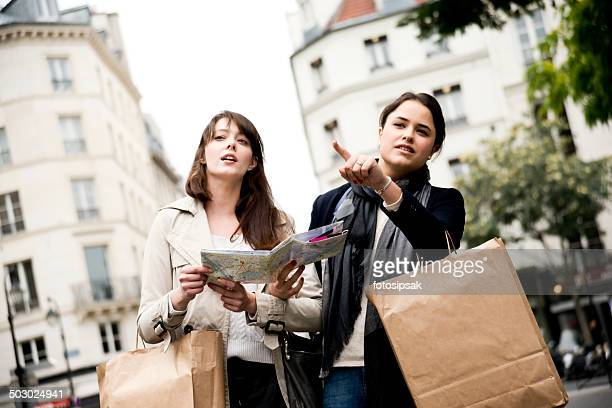 Fille de touriste sur les rues de paris