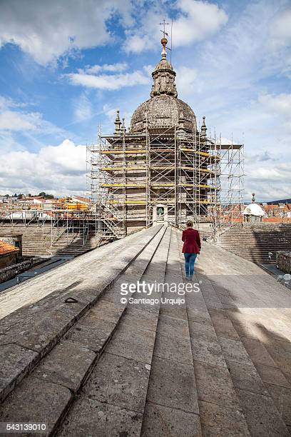 tourist guide on top of roof of santiago de compostela cathedral - cattedrale di san giacomo a santiago di compostela foto e immagini stock