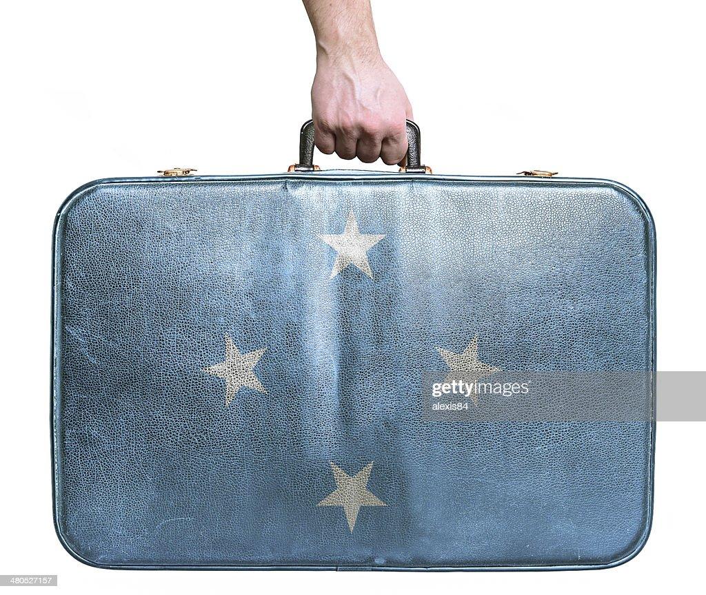 Tourist hand holding vintage travel bag with flag of Micronesia : Stockfoto