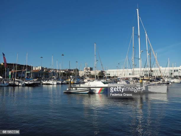 tourist harbor doca do bom sucesso in belem district, lisbon, portugal - sucesso photos et images de collection