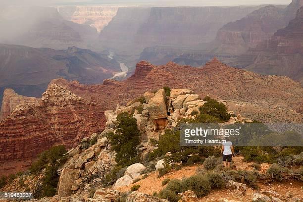 tourist hikes to vista pt, grand canyon, south rim - timothy hearsum fotografías e imágenes de stock