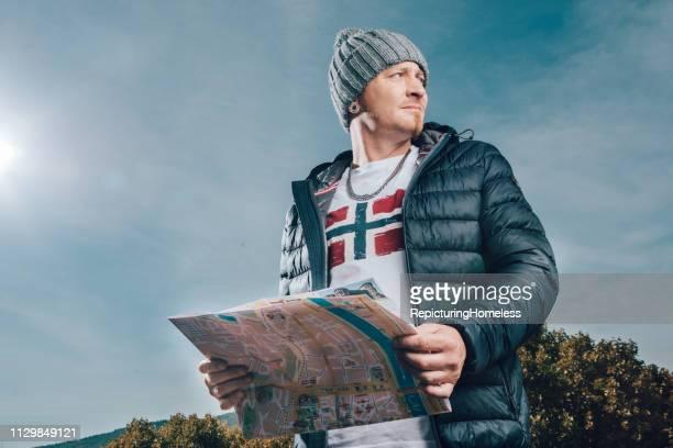 Ein Tourist hält eine Karte zur Hand und sucht nach der Richtung