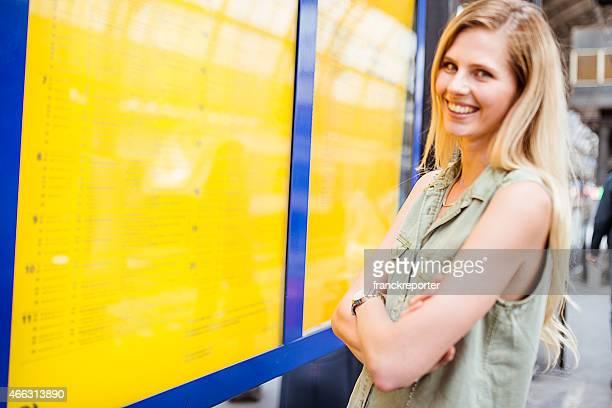 tourist in amsterdam Blick auf den Zeitplan an der station