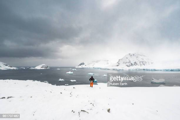 tourist in antarctica - antarctique photos et images de collection