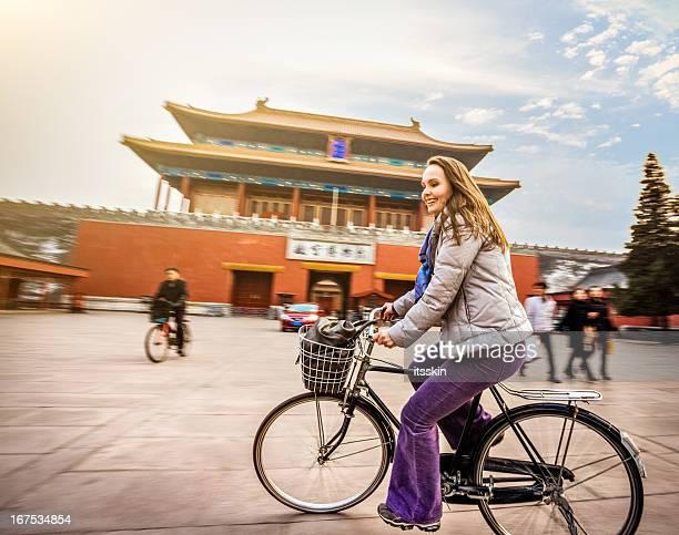 北京で自転車に乗る観光客