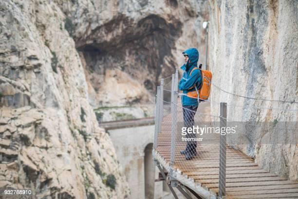 turistas en caminito del rey - caminito del rey fotografías e imágenes de stock