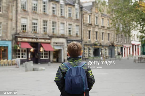 tourist in edinburgh - edimburgo fotografías e imágenes de stock