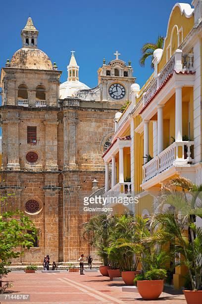 tourist in front of a cathedral, cartagena, colombia - cartagena colombia fotografías e imágenes de stock