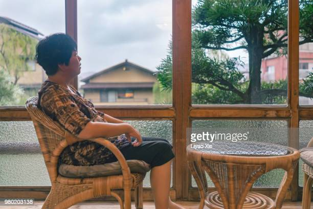 tourist in japanese inn - 旅館 ストックフォトと画像