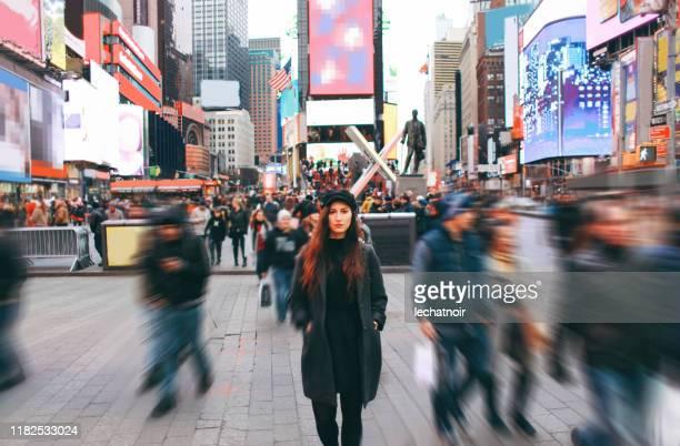 turista a new york, times square - crowd foto e immagini stock