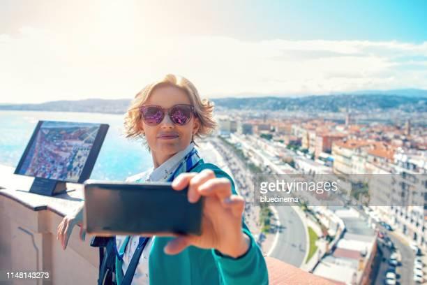 toerist in nice maken selfie - nice frankrijk stockfoto's en -beelden