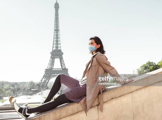 turista en parís durante el covid19 - paris france fotografías e imágenes de stock