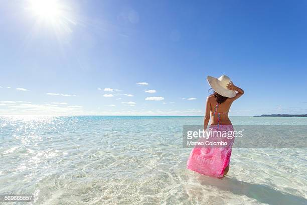 tourist in the blue lagoon of aitutaki - blue hat stock pictures, royalty-free photos & images