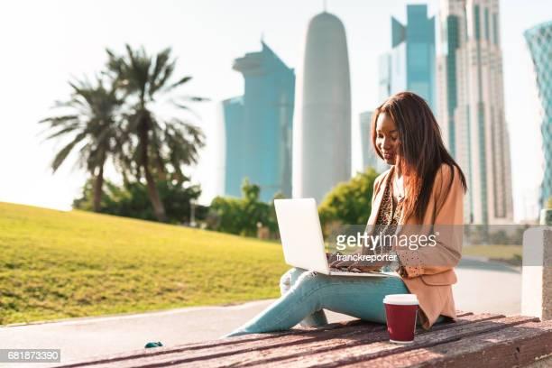 Tourist in Doha la Corniche Park zu Fuß