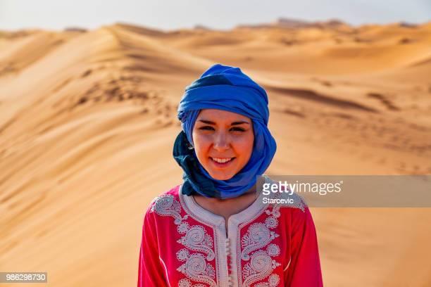 turístico en el desierto del sahara marruecos - cultura marroquí fotografías e imágenes de stock