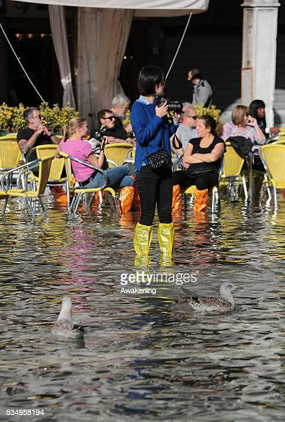 Tourist in the San Marco square in Venice during the high water of the 05 november 2013