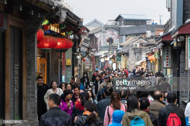 tourist in the shichahai, beijing old town - chinesische kultur stock-fotos und bilder