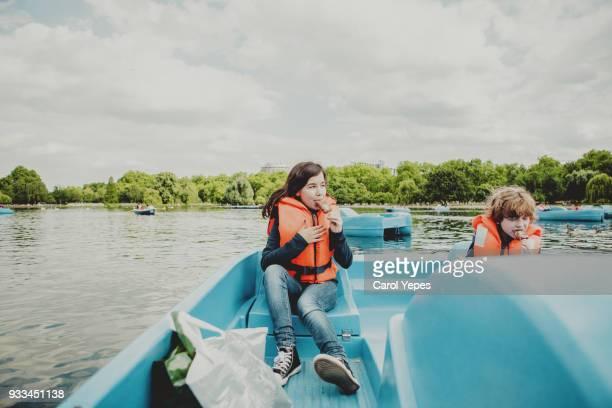 tourist kids on pedal boat in london - semana fotografías e imágenes de stock