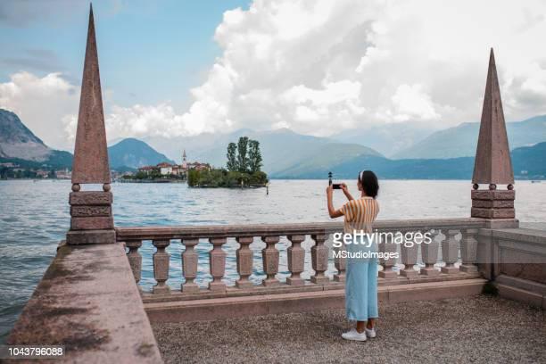 fazer uma foto de turista. - piemonte - fotografias e filmes do acervo