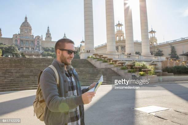 Touristischen Mann in Barcelona Karte betrachten