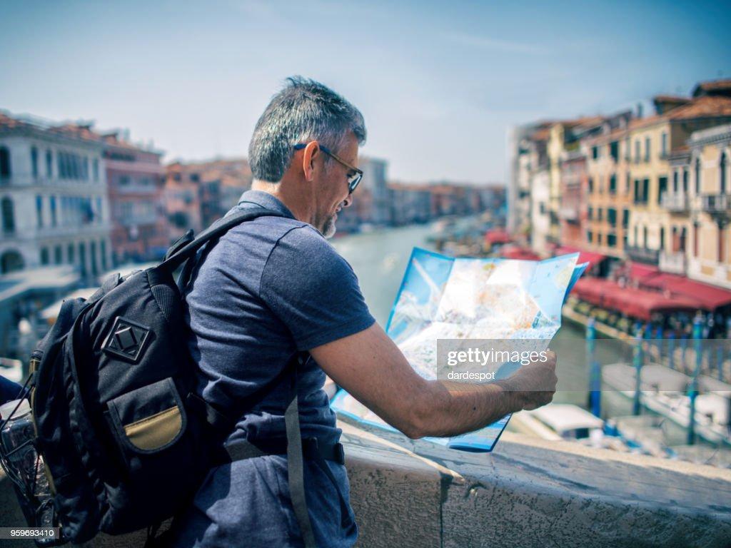Touristischen Mann mit Karte in Venedig-Italien : Stock-Foto