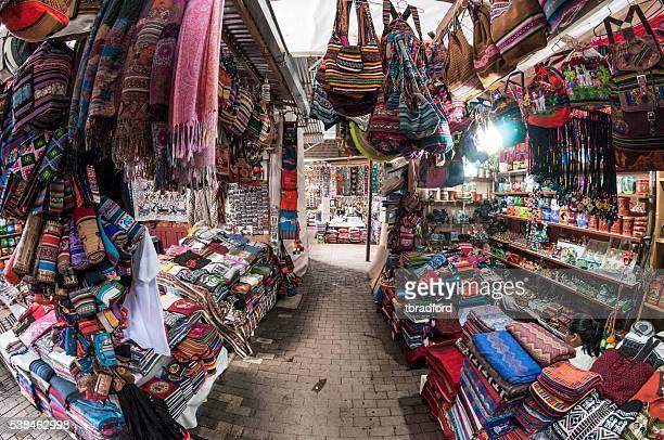 Turista de Aguas Calientes mercado, Peru