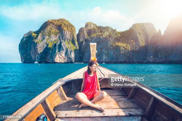 tourist on a longtail boat in thailand - asiatisches langboot stock-fotos und bilder