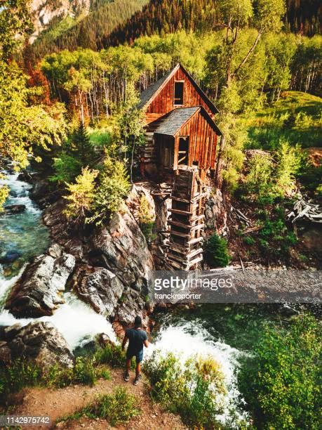 turista su una cabina abbandonata in colorado - mulino ad acqua foto e immagini stock