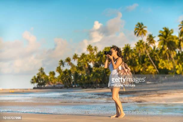 turista na praia dos carneiros em tamandaré, pernambuco, brasil - turismo urbano - fotografias e filmes do acervo