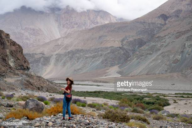 tourist on trekking in india - etnia indo asiatica foto e immagini stock