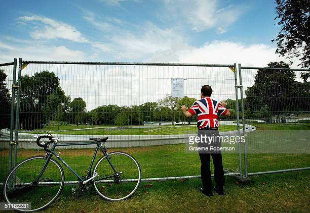 A tourist peers through the wire mesh surrounding the Princess Diana Memorial Fountain August 12 2004 in London's Hyde Park The contentious water...