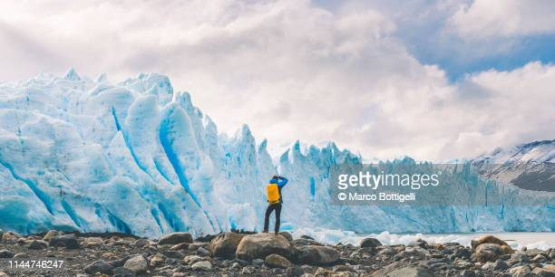 tourist photographing the front of perito moreno glacier, argentina - los glaciares national park stock pictures, royalty-free photos & images