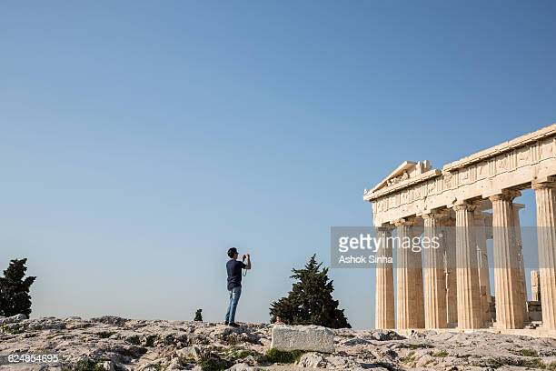 tourist photographing the parthenon - ancient civilization photos et images de collection