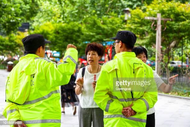 policía turística en hangzhou - gwengoat fotografías e imágenes de stock