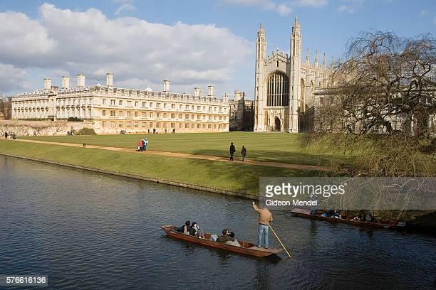 tourist punting alongside cambridge university - キングスカレッジ ストックフォトと画像