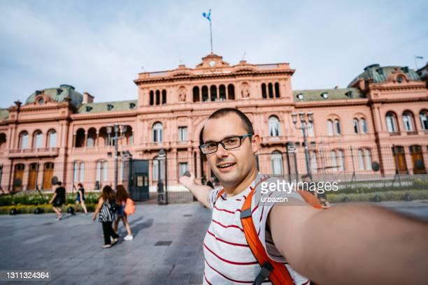 toeristische selfie voor casa rosada - casa stockfoto's en -beelden