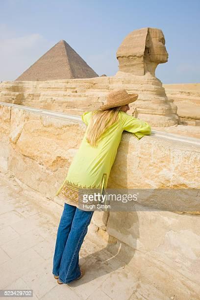 tourist sightseeing at the great sphinx at giza - hugh sitton bildbanksfoton och bilder