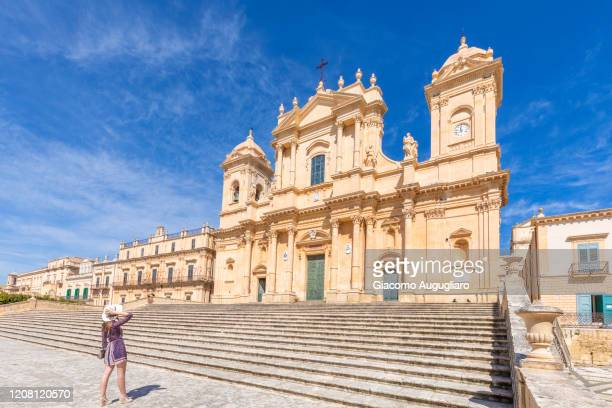 tourist staring at st nicholas cathedral, noto, siracusa province, sicily, italy - st. nicholas cathedral stock pictures, royalty-free photos & images
