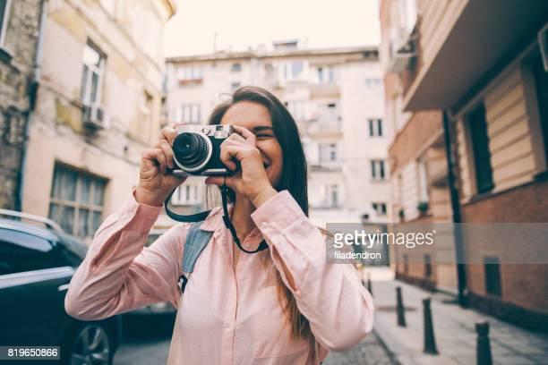 touristen, die eine aufnahme - fotografieren stock-fotos und bilder