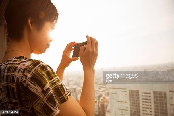 観光客の写真にて東京のスマートフォン