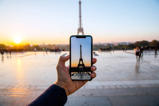 tourist taking picture of eiffel tower with smart phone, personal perspective view, paris, france - 攝影 個照片及圖片檔