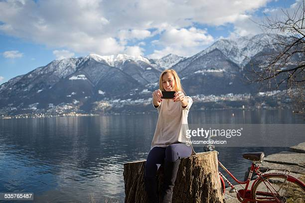 Tourist Schülern am See mit smart phone