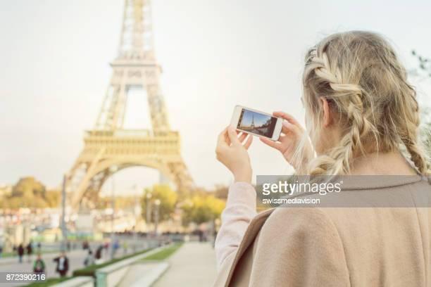 Touriste prise téléphone intelligent photo de la Tour Eiffel, Paris