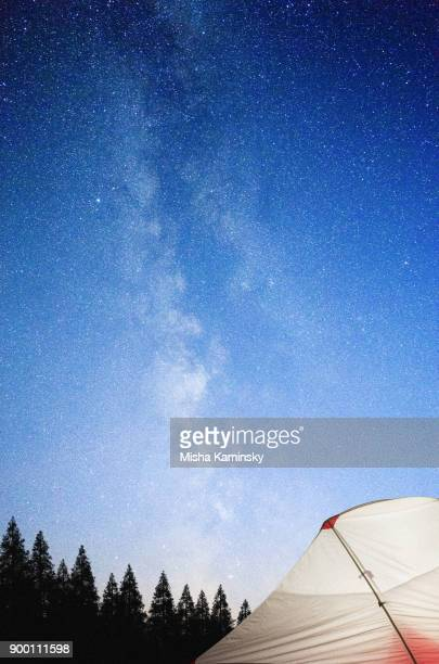 tourist tent glowing under the stellar sky - grande carro costellazione foto e immagini stock