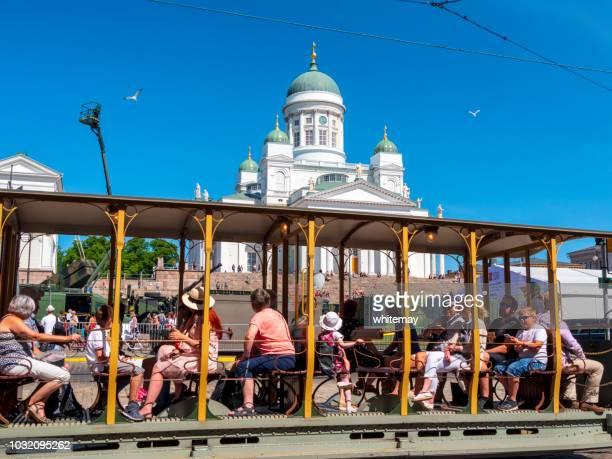 ヘルシンキ大聖堂を渡す観光トラム