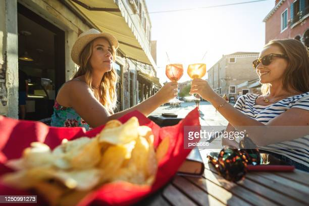 tourist traveling women in venezia: summer vacations in italy - italian culture stock pictures, royalty-free photos & images
