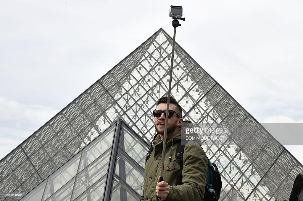 FRANCE-TOURISM-SELFIE : News Photo