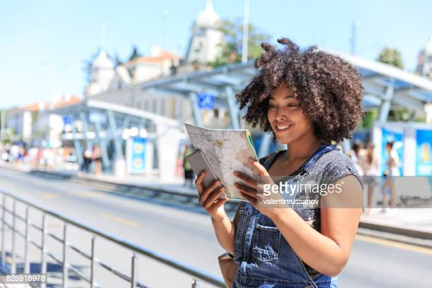 Toeristische met behulp van een kaart op busstation